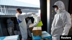 哈薩克斯坦海關人員在阿拉木圖機場卸下中國方面捐獻的新冠病毒抗疫物質。 (2020年5月1日)