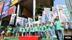香港區議會選舉提名期結束後,民主黨葵青區13位參選人舉行誓師大會。(香港民主黨提供照片)