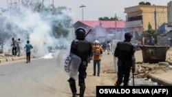Polícia angolana usa gás lacrimogéneo para dispersar manifestantes, 11 nov 2020