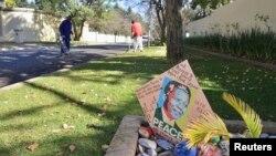 Thiệp chúc sức khỏe ông Mandela bên ngoài bệnh viện (REUTERS/Mujahid Safodien)