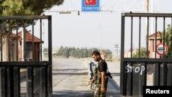 22일 시리아-터키 국경지역을 지나는 시리아 반군.