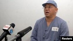 El misionero Kenneth Bae, en traje gris, en el hospital de la Amistad en Pyongyang, donde fue presentado a la prensa.