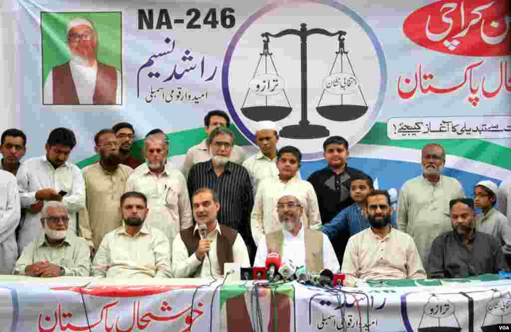 جماعت اسلامی کے امیدوار راشد نسیم حسین آباد میں پریس کانفرنس کرتے ہوئے۔ نعیم الرحمن اور دیگر رہنما بھی نظر آرہے ہیں