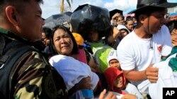 En çok hasar gören Tacloban kentinde kazazedelerin tahliyesi devam ediyor