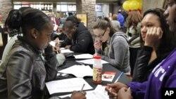 Jóvenes llenan solicitudes de empleo en Pittsburgh, Pennsylvania.
