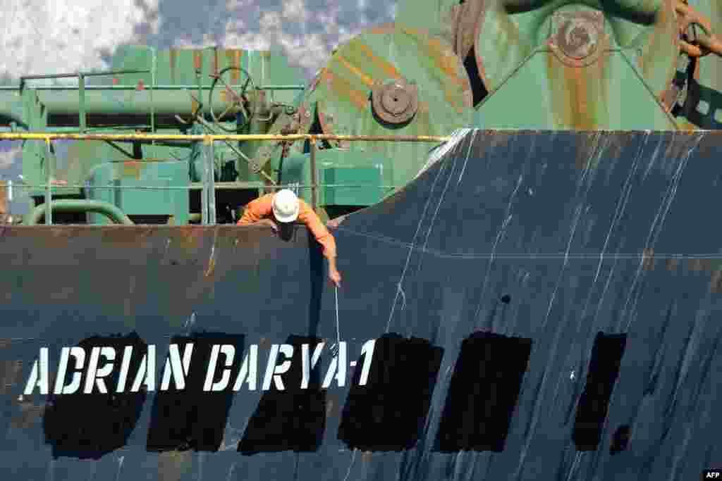 បុគ្គលិកម្នាក់ពិនិត្យមើលនាវាដឹកប្រេងថ្មីមួយរបស់អ៊ីរ៉ង់ឈ្មោះ Adrian Darya នៅទល់មុខឆ្នេរសមុទ្រនៃដែនដី Gibraltar។ ដែនដី Gibraltar បានបដិសេធការទាមទាររបស់អាមេរិកក្នុងការរឹបអូសនាវានេះ នៅពេលមានជម្លោះការទូត ខណៈដែលនាវានេះរៀបនឹងចាកចេញពីដែនដី Gibraltar បន្ទាប់ពីត្រូវបានគេឃាត់ទុកអស់ជាច្រើនសប្តាហ៍។
