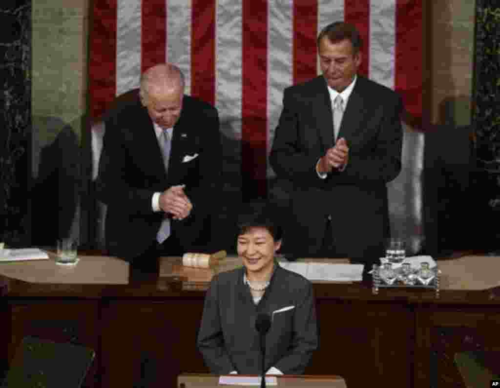박근혜 한국 대통령이 8일 오전 미 의회에서 열린 상하원 합동회의에서 연설도중 박수를 받고 있다. 왼쪽은 조 바이든 부통령 겸 상원의장, 오른쪽은 존 베이너 하원의장.