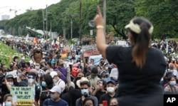 Unjuk rasa di depan Universitas Filipina di Manila, Jumat, 12 Juni 2020.