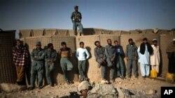 Askari Maraykan ah oo tusaya Police-ka Afghanistan qaababka rasaasta loo rido, Kandahar, Afghanistan,