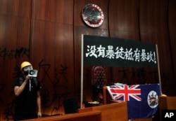 衝入香港立法會的抗議者。