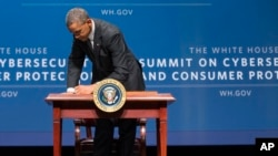 President Barack Obama signs an executive order promoting private-sector cybersecurity information sharing during a summit on cybersecurity and consumer protection in Palo Alto, California, Feb. 13, 2015.