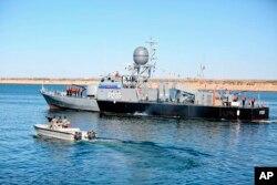 Kapal perang Angkatan Laut Iran dalam latihan militer angkatan laut di Teluk Oman, Iran, Rabu, 13 Januari 2021. (Foto: Angkatan Darat Iran via AP).