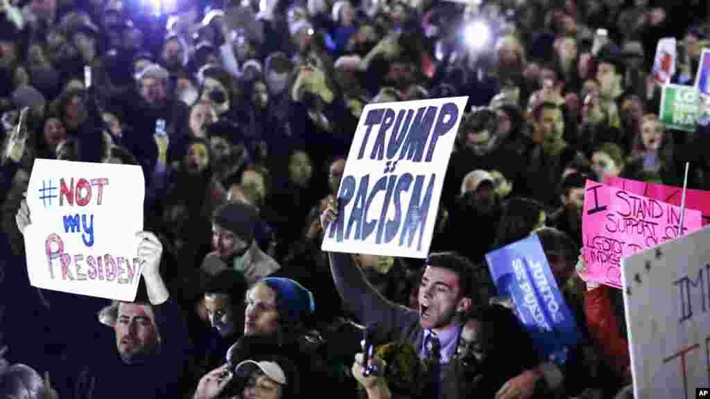 Des manifestants exigent que le président élu Donald Trump n'accède pas au pouvoir, lors d'une marche à Boston, le 9 novembre 2016.