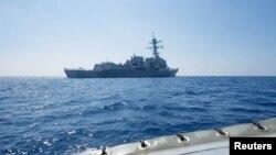 امریکی بحریہ کا جنگی جہاز جنوبی بحیرہ چین سے گذر رہا ہے۔ 6 مئی 2017