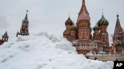 Red Square, nan Larisi ki montre KAtedral Sen Basil la ki kouvri anba nèj. (Foto: AP/Alexander Zemlianichenko)