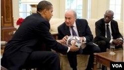 El presidente Obama recibió a Blatter en la Casa Blanca, luego de finalizada la Copa de Oro en EE.UU.