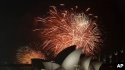 Pháo hoa trên bầu trời Cảng Sydney trong lễ đón mừng năm mới ở Australia.