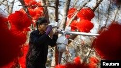 Nhân viên Hikvision lắp đặt thiết bị ở một công viên Trung Quốc