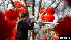 지난 2월 중국 베이징의 다이탄 공원 인근에 '하이크비전' 직원이 감시카메라를 설치하고 있다.