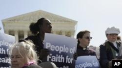 Người dân tụ tập bên ngoài trong khi cuộc tranh luận về một điều khoản của luật bảo hiểm sức khỏe diễn ra tại Tối cao Pháp viện