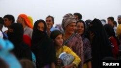 資料照片:逃離伊拉克摩蘇爾暴力的伊拉克難民排隊領取免費食品。(2014年6月29日)
