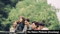 2020年最賣座的台灣本土電影《孤味》,由演員孫可芳(左起)、謝盈萱、徐若瑄、陳淑芳、陳妍霏飾演一家人。(威視電影授權提供)