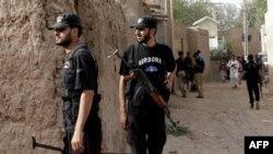 Члени антитерористичного підрозділу патрулюють територію поблизу мечеті, де стався вибух