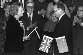 1984年12月19日,中国总理赵紫阳和英国首相撒切尔交换移交香港协议书
