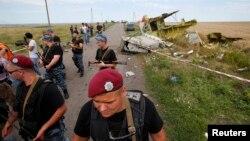 Phiến quân ly khai thân Nga canh gác tại hiện trường vụ Malaysia bị rơi gần làng Hrabove, khu vực Donetsk, ngày 20/7/2014.