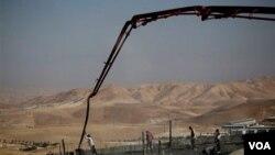 Palestinos trabajando en la construcción de asentamientos israelíes en la zona oeste de Jerusalem.
