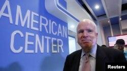 Thượng nghị sĩ John McCain sau một cuộc họp báo tại Trung tâm Hoa Kỳ ở Hà Nội, ngày 8/8/2014.