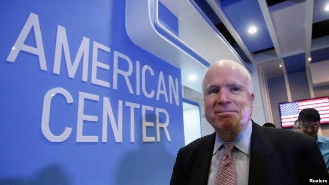 Thượng nghị sĩ McCain rời buổi họp báo tại Trung tâm Hoa Kỳ ở Hà Nội, 8/8/2014.