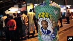 Magoya bayan shugaba Laurent Gbagbo su na kallon yadda ake bayyana sakamakon zabe a Abidjan