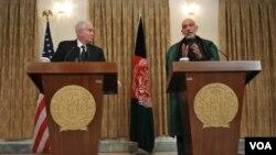 Prezidan Afgan, Hamid Karzai nan yon konferans pou laprès ak Minis Defans Ameriken an Robert Gates