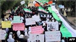 Những người biểu tình chống Tổng thống Syria al-Assad ở thành phố Homs cầm các biểu ngữ đòi trả tự do cho các sinh viên bị giam giữ trong các nhà tù của ông Assad