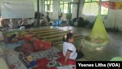 Warga desa Poi di kecamatan Dolo Selatan mengungsi di di sebuah bangunan bekas sekolah yang digunakan menjadi tempat pengungsian untuk warga yang menjadi korban banjir bandang, 9 Desember 2019. (Foto: Yoanes Litha/ VOA)