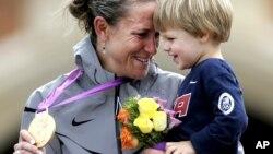 La médaillée olympique américaine Kristin Armstrong, avec son fils Lucas lors de la remise des médailles à Londres le 1er août 2012.
