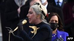 Lady Gaga canta o hino americano