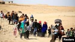 Displaced people flee Islamic State militants in Mosul, Iraq, Nov. 22, 2016. With thousands of civilians believed to be trapped inside Mosul, many observers fear that a retreating IS will turn to chemical weapons while little has been done to prepare or protect residents.