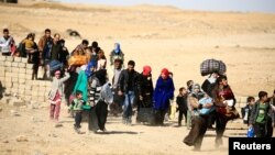 Warga sipil mengungsi dari kota Mosul, Irak Selasa (22/11), meski ratusan ribu lainnya masih terperangkap di dalam kota Mosul yang dikuasai ISIS.