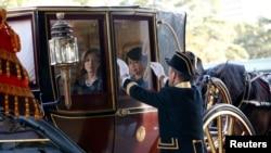 美國新任駐日本大使卡羅琳.肯尼迪星期二乘坐有百年歷史的馬車前往日本皇宮出席遞交任命書儀式