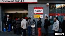 Warga antri dengan tertib di depan kantor tenaga kerja di Madrid (Foto: dok). Tingkat pengangguran di Spanyol naik dan mencapai rekor 27,2 persen di kuartal pertama tahun 2013.