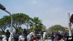 A polícia barrou a passagem para a estátua de Agostinho Neto
