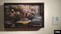 서울시립북서울 미술관에서 열린 '브릴리언트 메모리즈' 전시회에에 정연두 작가의 작품 '여기와 저기 사이'가 걸려있다.