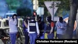 Des policiers français mènent une enquête autour d'une voiture bourrée avec bouteille de gaz abandonnée à Boussy-Saint-Antoine, près de Paris, France, 8 septembre 2016.
