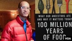 Tác giả Stephen Lê và bìa cuốn sách 'Một Trăm Triệu Năm Thức Ăn'.