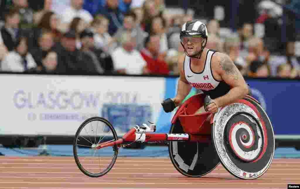 Vận động viên Josh Cassidy của Canada nhìn bảng điểm sau khi tranh tài trong Vòng 1 môn Para-Sport 1500m T54 của nam tại Đại hội Thể thao Khối Thịnh vượng Chung 2014 tại Glasgow, Scotland.