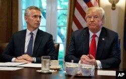 美国总统川普和北约秘书长斯托尔滕贝格在白宫内阁室会晤。(2018年5月17日)