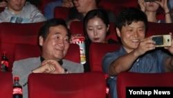 韩国群众一起观看电影《出租车司机》