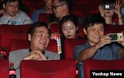 이낙연(왼쪽) 국무총리가 지난 6일 서울 혜화동 영화관으로 시민들과 동행해 영화 '택시운전사'를 보고 있다. 이 총리는 지난 4일 페이스북을 통해 '택시운전사'관람 번개모임을 제안했다. (총리실 제공)